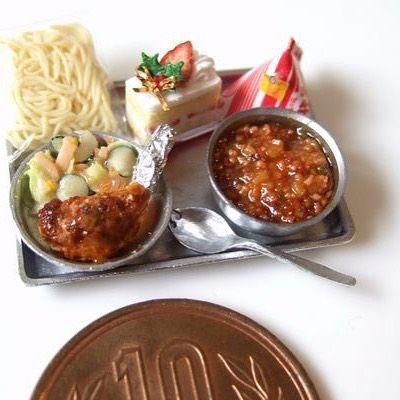 12月24日は クリスマスイブ、そして 学校給食記念日。 shibazukeparipariのミニチュア。過去作。 1/12 scale ミニチュア クリスマス給食。10円玉とサイズ比較。 樹脂粘土、レジン等で制作。 ソフトめん、ミートソース、チキン、マカロニサラダ、ケーキ、三角牛乳。 素敵なクリスマスを! #ミニチュア #食品サンプル #ミニチュアフード #樹脂粘土 #レジン #クリスマス #給食 #フェイクフード #ドール #ハンドメイド #handmade #doll #fake #clay #resin #art #christmas
