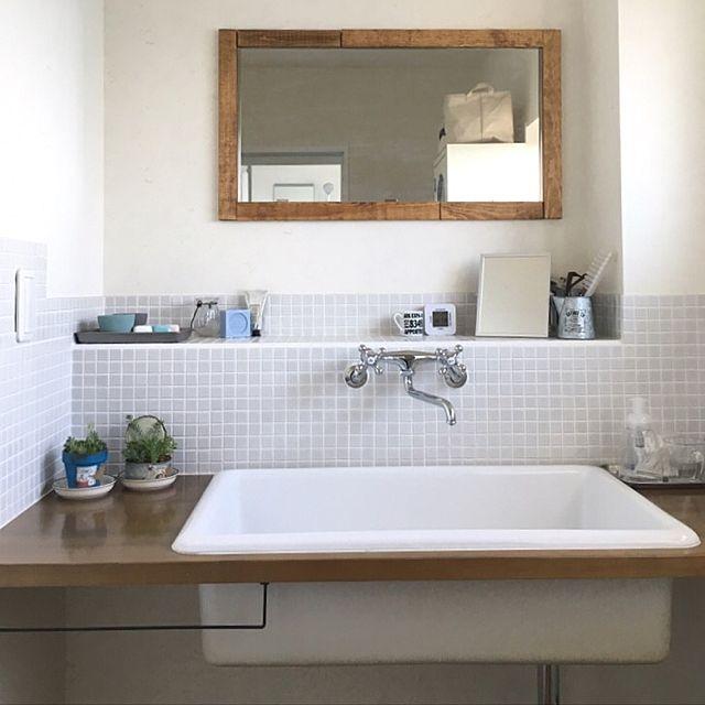 女性で、2LDKのカクダイ/カクダイ水栓/ダイソー/セリア/DIY/SPF材…などについてのインテリア実例を紹介。「洗面スペース❁.*⋆✧° 洗面台は造作していただきました。 タイルはネットで取り寄せ自分でDIYしました!薄いグレーがお気に入りです。 絶対入れたかった実験用シンク。 深さがあるから我が家の雑な男子たちの水跳ねも気になりません。靴やら服やらザブザブ洗えてストレスフリーですオススメです。 鏡はリフォーム会社から頂いたお風呂用の縦長の鏡をカットしていただき、自分たちで横に貼り付けました。周りには端材を塗装したものも貼り付けてみました(´◡`๑)」(この写真は 2016-06-12 22:51:58 に共有されました)
