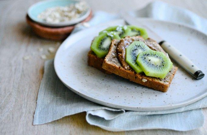 Lækkert sundt bananbrød med havregryn og kokos. Et sødt brød helt uden sukker. Sødet med naturlige ingredienser. Et sundt bananbrød for hele familien.