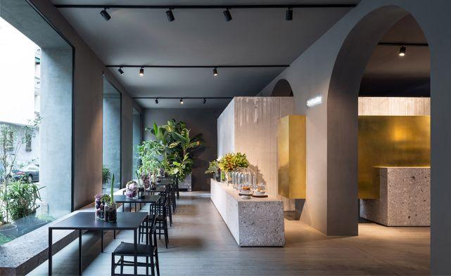 Portafiori , en Milán,.. Una floristería, bar y restaurante-café con un diseño elegante y diferente. Grandes y limpios muros de hormigón y ...