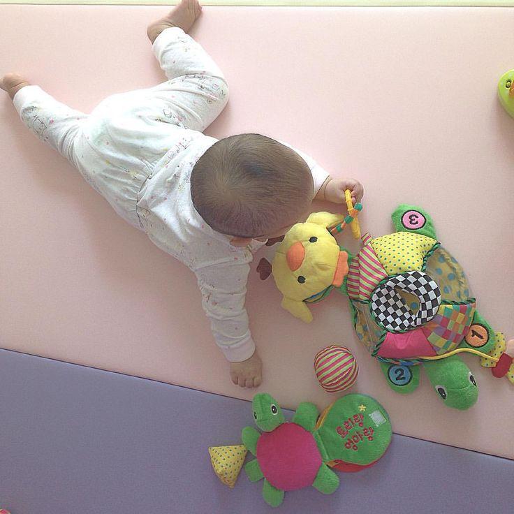 . 꼬북이 좋아~ . #육아 #딸둥이 #쌍둥이  #baby #あかちゃん # #twin #双子 #ふたご #そうし #아기 #bebé #niño #niña #발 #애기발 #もぞもぞ #알집매트 #아이팸 #울타리 #아이팜울타리