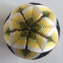 ハンドメイド新作2017 桜がモチーフの手毬です。緑の濃淡で桜を際立たせました。出産祝いや、お雛様の飾り、結婚祝い等の贈り物や、日本的な工芸品として、海外へのおみやげや贈り物にもどうぞ。もちろん、インテリアとして飾るのも結構です。使用糸は5番刺繍糸、土台から全て手作りです。(発砲スチロールは使用していません)大きさは直径約10.5㎝、重量約160gです。