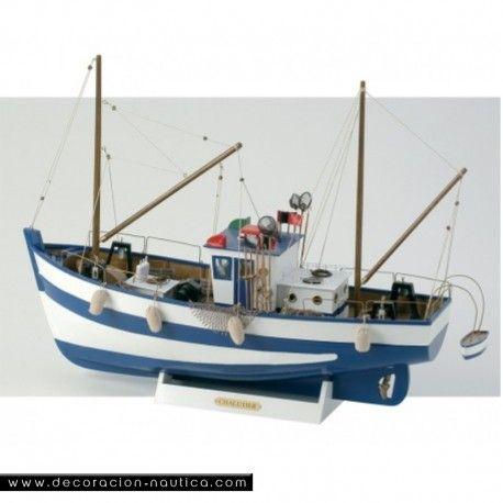 MAQUETA BARCO DE PESCA Reproducción de un barco de pesca. Maqueta decorativa, de madera, realizada y pintada a mano. Mástiles desmontados. Embalaje en caja individual.  Medidas: Alto:55.00 x Largo:76.00 x Ancho:25.00 cm.  Peso: 2.25 Kgs