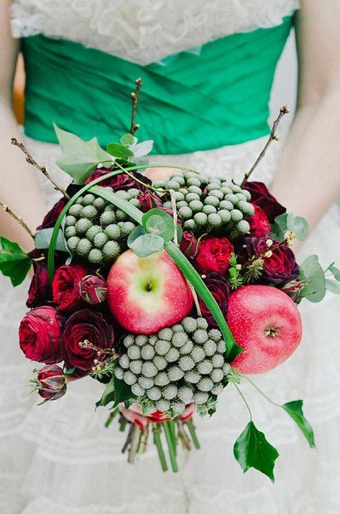 緑と赤をテーマにしたブーケ。赤のポイントにりんごを使用しユニークな仕上がりに。#wedding bloved-wedding-blog-its-all-in-the-details-favourite-bouquets-red-green-fruit