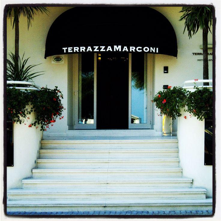 Situato nel cuore del lungomare di Senigallia, proprio dinanzi al pontile della Rotonda sul mare, l'hotel Terrazza Marconi offre un'accoglienza assolutamente esclusiva in un ambiente naturale, rilassante e suggestivo.  Il dentro e il fuori si fondono, il gusto e l'eleganza si esprimono in ogni dettaglio, preziosi deja-vu suggeriscono l'esperienza di raffinati designer.