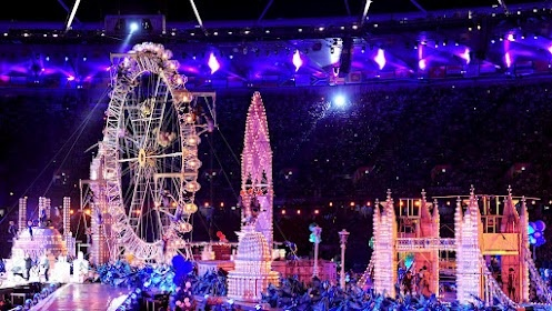 All eyes on #London Eye at Closing Ceremony: 321 volunteer acrobats bring set to life at #Olympic Stadium! RT@DKMatai http://ow.ly/cUSsE