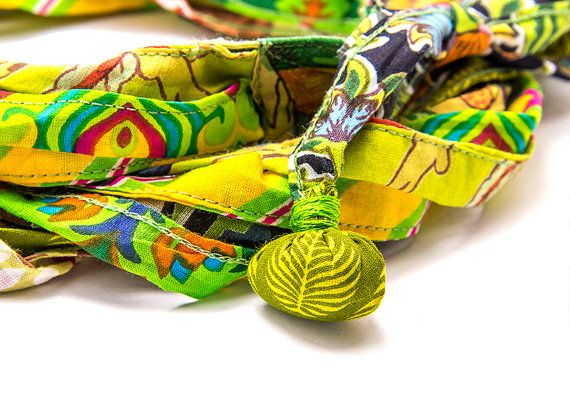 Inspiration africaine, foulard africain, bijoux Bohème, headband Bohème, Cette pièce a été créée pour les amateurs de style Hippie à lesprit, à laide dun fabuleux tissu 100 % coton avec un impression du motif unique. Le tissu est si doux que vous ne voudrez plus la quitter. Aux deux extrémités de ce collier, il y a deux petites retroussées tresses afin de lui donner un parfait finition aspect. Cette cravate est unisexe et multi-usage article – peut être porté comme un collier un…