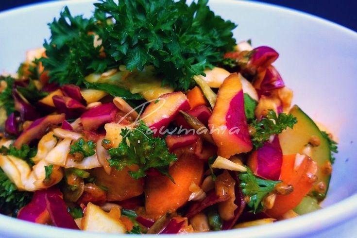 FAREBNÝ ŠALÁT S BROSKYŇAMI (mrkva, červená a biela kapusta, hlávk. šalát, uhorka, namoč. slnečnica a dyň. semienka, petrželka, pažítka, broskyne, kurkuma, ml. úd. paprika, kari, lah. droždie, sezam. olej, goji, chilli)