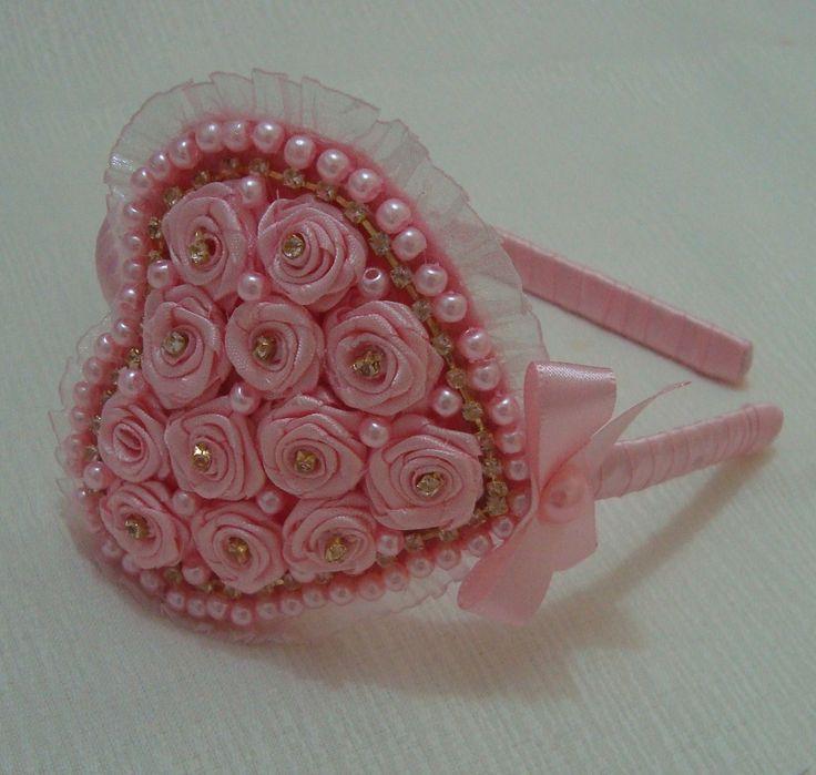 Tiara infantil encapada em fita cetim rosa com lindo coração em botões de rosas muito charmosa com strass, pérola,e laço co meia pérola.