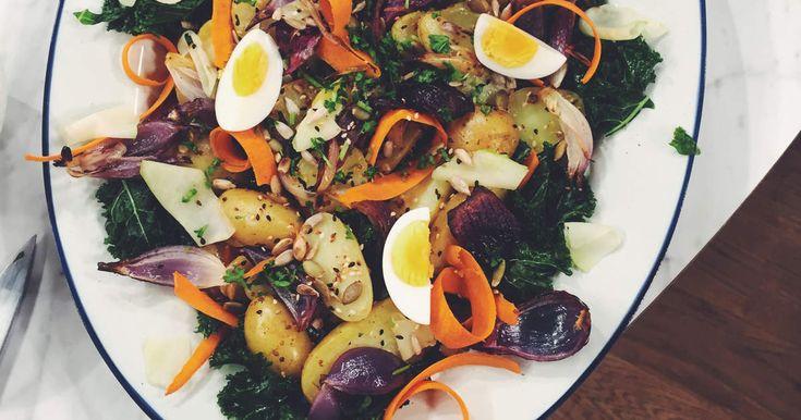 Potatissallad med bakad lök, hyvlad morot, senap och krasse | Recept från Köket.se