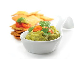 """Guacamole Salatası: Tam bir Meksikalı!  Arkadaşlarınızla evde sinema gecesinde, atıştırmalıklarla geçireceğiniz bir kokteylde, insanları daha ilk ismi ile etkileyen, sizden de etkilenmelerini sağlayacak #guacamole salatasını herşey için dip sos olarak kullanabilirsiniz. Telafuzunu yanlış yapmayın, aman! Avokadoyu da """"Yemeye Hazır"""" almayı unutmayın.  #guacamole #salata #sos #sostarifi #dipsos #avokado #yemeyehazir #meyvelitarifler #meksikali #aperatif #baslangicyemegi #antre #koktely"""