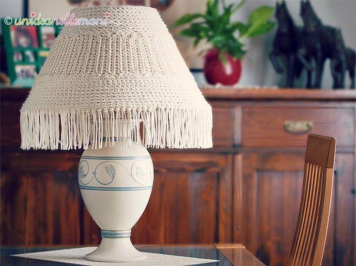 Tutorial con foto e spiegazioni per fare un paralume all'uncinetto. Segui le spiegazioni e potrai ricoprire e rinnovare la tua vecchia lampada.