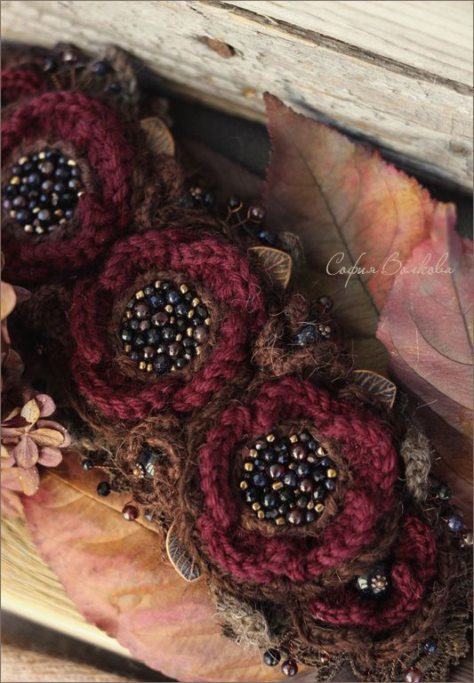 Купить или заказать Диадема 'Вишневый полдень' в интернет-магазине на Ярмарке Мастеров. Осенне-нарядная вечерняя диадема из вязаных цветов, богато вышитая россыпью чешского стекла, японского бисера и натуральных камней. Темно-вишневые цветы окружены пеной шоколадного кружева, украшены 'ягодами' синего авантюрина, витыми медными веточками и вязаными листьями. Романтично-осеннее украшения для особого настроения. В единственном экземпляре, без повторов.