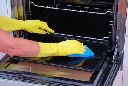 Comment nettoyer un four naturellement ?     Pour dégraisser et nettoyer un four sans produit chimique dangereux, utilisez le bicarbonate de soude !     Recette de Grand-mère   1.Versez le bicarbonate de soude dans votre bol.   2.Ajoutez-y l'eau.   3.Mélangez afin d'obtenir une pâte.   4.Appliquez la pâte obtenue sur les parois et les surfaces graisseuses de votre four.   5.Laissez ce dégraissant naturel agir toute une nuit.   6.Le lendemain, rincez et frottez avec une éponge mouillée.