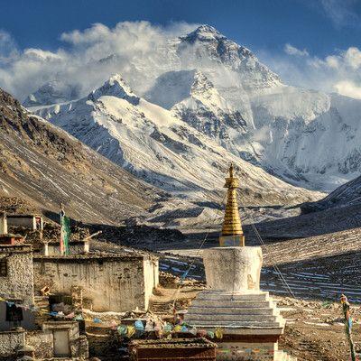 Który z najwyższych ośmiotysięczników uważany jest za najłatwiejszy do zdobycia? Mount Everest! Mimo, że Mount Everest ma najwyższą wysokość nad poziomem morza, to jednak standardowe podejście jest uważane za stosunkowo łatwe techniczne. Szczyt stanowi przez to popularny cel wspinaczek w Himalajach i uważany jest za jeden z łatwiejszych ośmiotysięczników, obok Czo Oju.