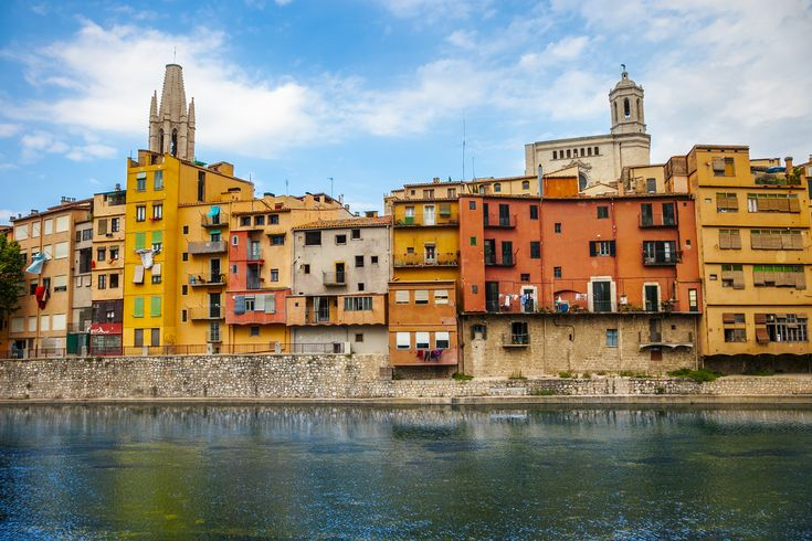 Colourful houses line the Río Onyar in Girona. Image by  Gonzalo Azumendi / Getty