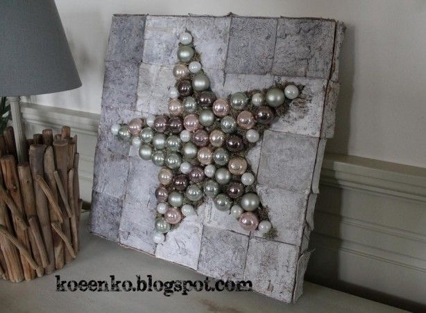 tempex-piepschuim beplakt met berkenschors en een ster van mos of tillandsia en kerstballen erop maken ((kerst))