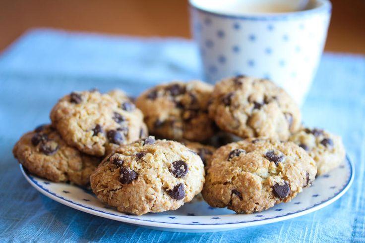 De populære, amerikanske sjokoladekjeksene «Chocolate Chip Cookies» kan varieres på ulike måter. Denne oppskrifter heter «Oatmeal Chocolate Chip Cookies» og inneholder havregryn, som gir veldig gode og mettende kjeks. Oppskriften gir 20 stk. Oppskrift og foto: Kristine Ilstad/Det søte liv.