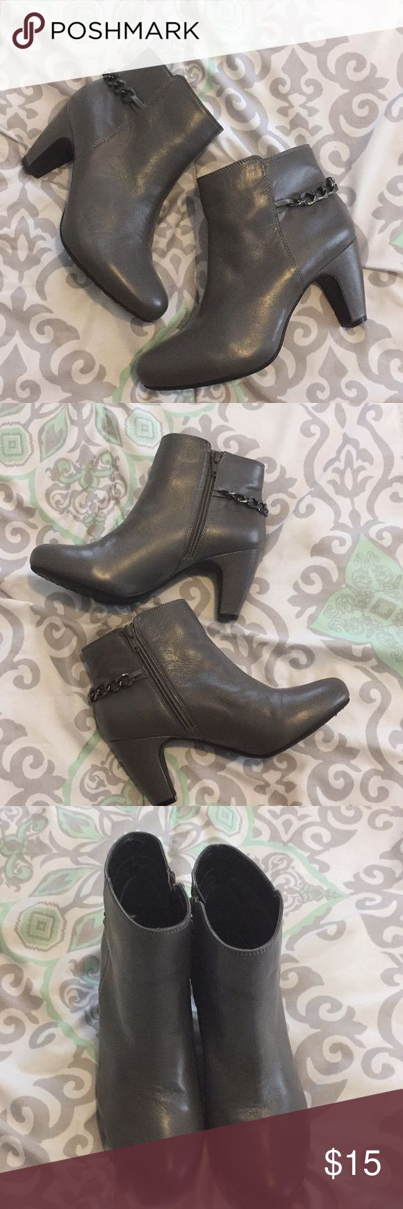EASY SPIRIT adorable chain link bootie size 7 beautiful gray, super cute easy spirit women's booties! Gently used. ❤️ happy poshing!! Easy Spirit Shoes Ankle Boots & Booties