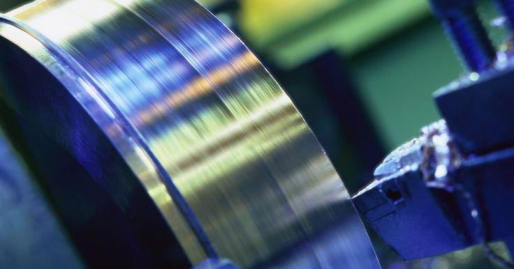 O que é um torno CNC?. CNC é a abreviação de Controle Numérico Computadorizado. É um método usado na usinagem moderna que executa uma vasta gama de tarefas associadas. Nesse artigo, iremos dar uma olhada no maquinário CNC e como ele é usado em grandes aplicações de fabricação de metais e também por milhares de entusiastas como passatempo em casa.