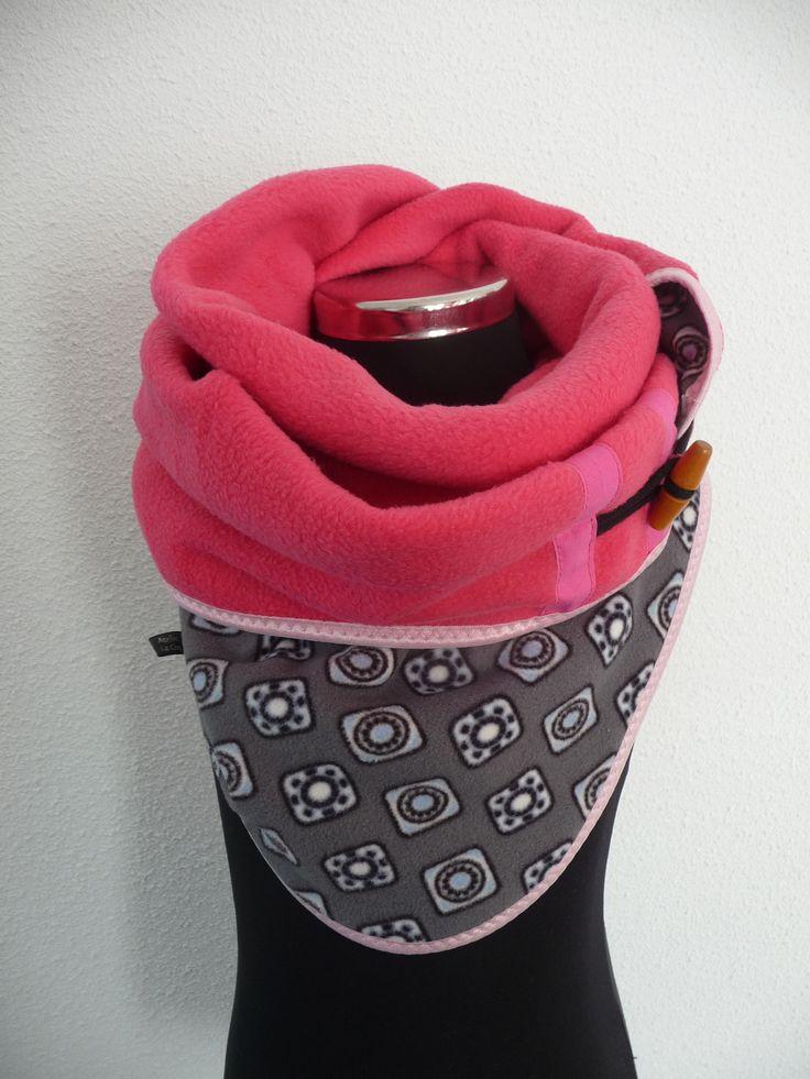 Sjaal-Rooster is een mooie grote 3hoek sjaal, die op de punt sluit door een knoop of andere bevestiging.  Dit is een kindermaat,hij is aan 2 kanten draagbaar, heerlijk warm en van fleece gemaakt.   Sjaal-Rooster word ook gemaakt in kleur, stof, afwerking en (kinder) maat naar wens.