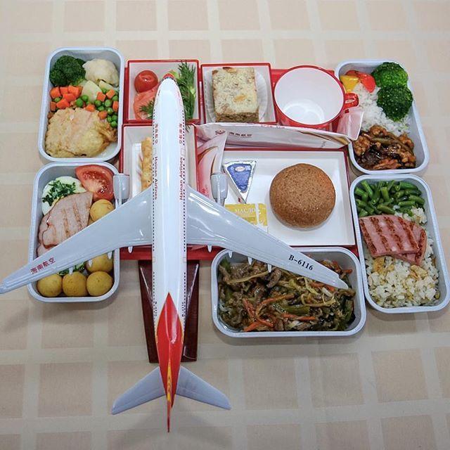 Какую бы вы кухню выбрали, если бы полетели в Пекин на @hainanairlines? Азиатскую или Европейскую? Вчера я попробовал все варианты, было очень вкусно. Коротко опишу, что изображено на фото: Самолёт несъедобен, он сделан из пластика, пластик лучше не есть, конечно.  Завтрак: Азиатский: Жареный рис с яйцом, ветчина на гриле и зелёная фасоль. Европейский: яичница с зеленью, карбонад, картофельные шарики и помидор. Обед:  Азиатский: 1) лапша удон с говядиной, бамбук, морковь, китайская капуста…