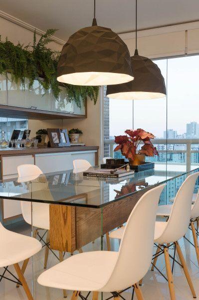 Cores neutras em tonalidades claras são a melhor opção para ambientes pequenos. http://www.decorfacil.com/salas-de-jantar-pequenas/