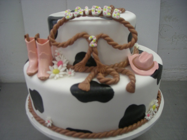 Cowgirl cake. Too bad I don't do fondent.....  This would be super cute for Bonnie's Bday