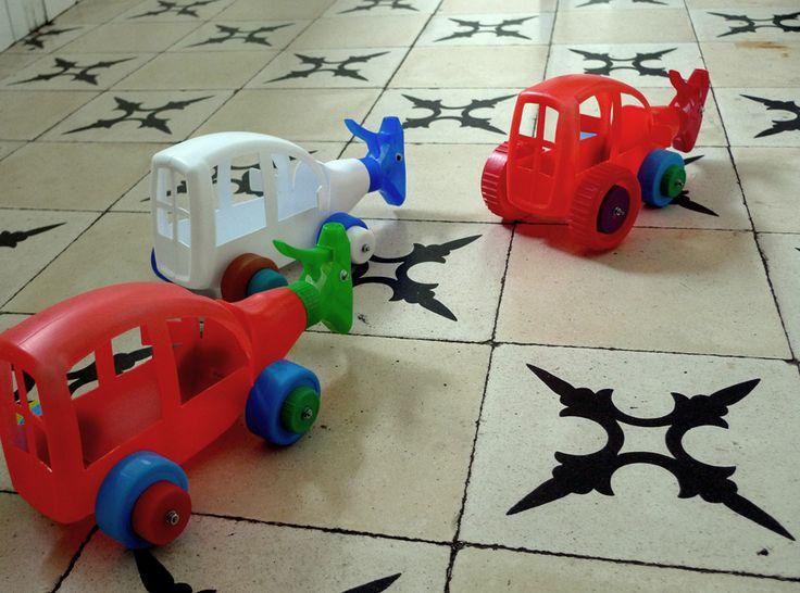fotos de 3 coches hechos con botes de plástico