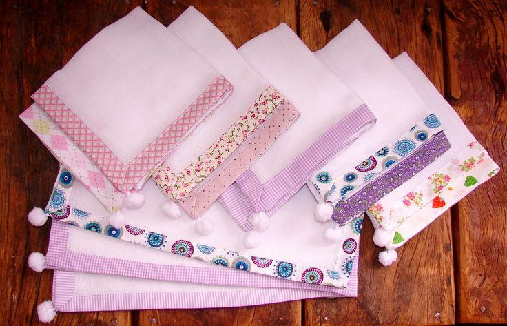 Fernanda Mazzer- - Bordados Finos Personalizados: Fraldas de boca com pompom e bordados manuais