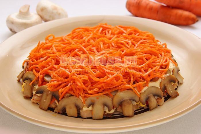 Салат (грибы, куриное филе, корейская морковка, яйца) Ингредиенты: - половинка куриной грудки; - 200 гр. свежих грибов; - 2 яйца; - половинка сладкого перца; - пара луковиц; - растительное масло; - молотый черный перец; - майонез «Провансаль»; - 150 гр. морковки по-корейски; - соль. Приготовление: Мелко порезать куриное филе, обжарить его до выпаривания сока на небольшом количестве растительного масла, слегка посолить. Нарезанный лук добавить к мясу, влить еще масла и жарить до готовности…