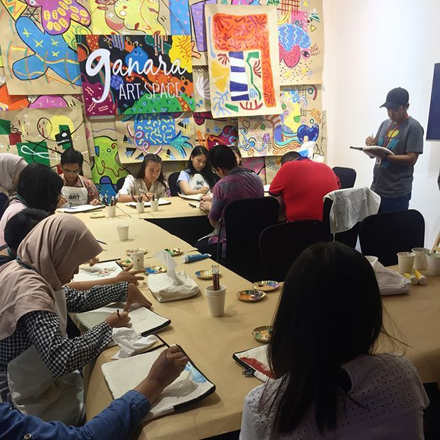 "Suasana workshop ""Artist Apprentice With Ronald Apriyan"" di Ganara Art Space yaitu belajar melukis dengan cat akrilik di atas kain dengan gaya seni surealis #artjakarta #baj2017  via HARPER'S BAZAAR INDONESIA MAGAZINE OFFICIAL INSTAGRAM - Fashion Campaigns  Haute Couture  Advertising  Editorial Photography  Magazine Cover Designs  Supermodels  Runway Models"