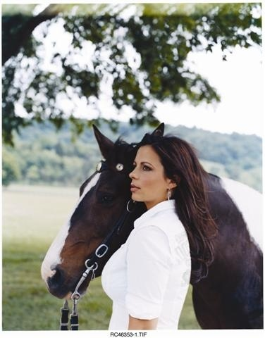 """SARA EVANS , I love her! She's brilliant... Modern country singer ... """"Slow me down"""" is amazing !"""