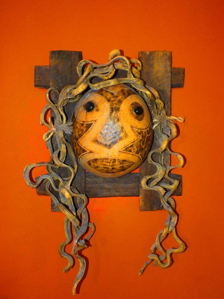 Trabajo en totumo, imitando mascaras africanas. Por Iván Lara