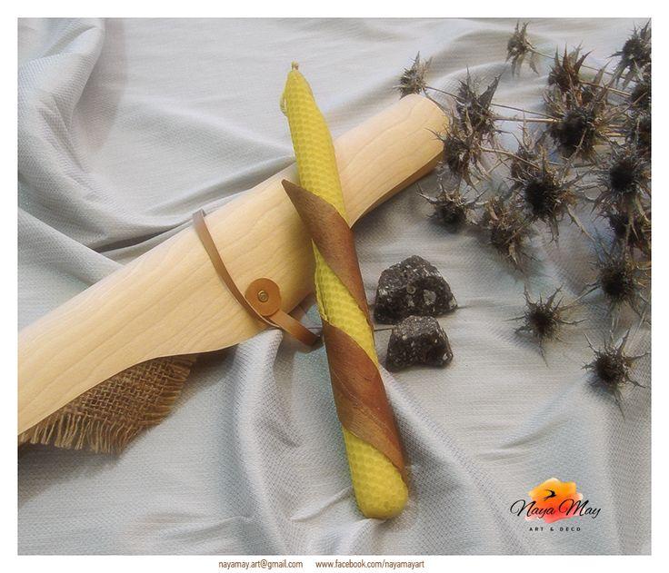 Μελισσοκέρι και Μύρο Χειροποίητη λαμπάδα από κερί μέλισσας, τυλιγμένη σε φύλλο κηρήθρας, επενδυμένη με φλοιό ευκάλυπτου. Συσκευασία δώρου, κυλινδρικό κουτί από φλοιό ξύλου, ύφασμα λινάτσας, σμύρνα. Πρόταση επιχειρηματικού δώρου