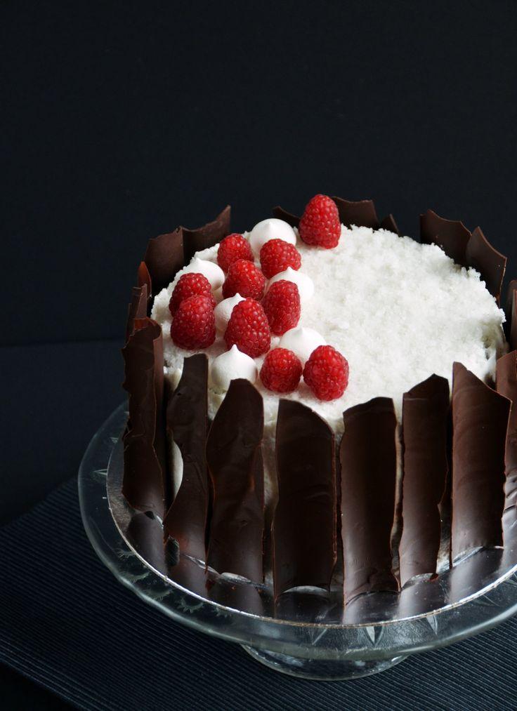 Vegán kókuszos csokitorta málnával és tojásmentes habcsókkal  Vegan coconut-chocolate cake with raspberry and vegan meringues