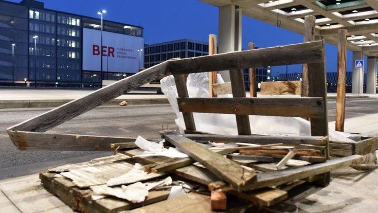 Eine kaputte Palette liegt auf der BER-Baustelle