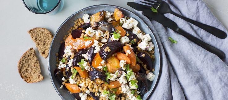 Kotimaisista juureksista syntyy runsas salaatti, jota maustavat linssit sekä fetajuusto. Noin 1,00€/annos.