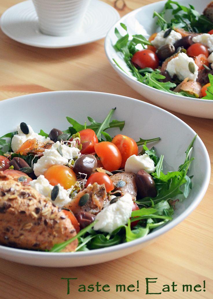 Taste me! Eat me!: Lekka sałatka z rukolą, wędzonym łososiem i ricott...