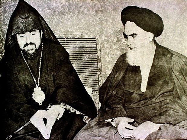 Em 1979, o Xá iraniano é derrubado pela Revolução Islâmica e foge do país com sua família. O Aiatolá Khomeini, principal líder da oposição, havia retornado da França ao seu país, depois de 15 anos de exílio no Iraque e na França. Khomeini instaura um regime conservador e islâmico, implantando leis inspiradas no Alcorão.