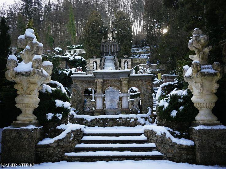 Der Barockgarten von Egloffstein (Fränkische Schweiz).  Der Barockgarten von Egloffstein ist kein altertümliches Objekt er wurde in mühevoller Handarbeit von dem Besitzer aufgebaut. Es handelt sich also um ein Privatgrundstück aber von der Strasse aus kann man sehr schön erkennen mit welcher Liebe zum Detail hier gearbeitet wird.  Mehr zum Barockgarten auf der Homepage.