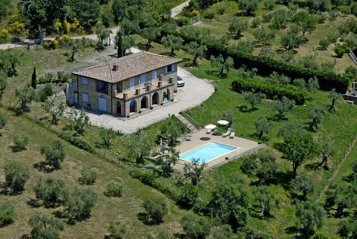 Vrijstaande villa met buiten keuken en zwembad Toscane/Umbrië dichtbij het meer  van Trasimeno en het dorpje Tuoro gelegen onderverdeeld is in 2 grote  appartementen. Elk smaakvol ingericht en beschikt over een prachtig panoramisch terras goede wifi