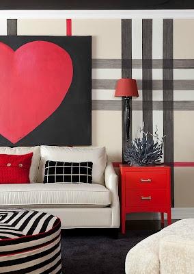 """Wall Art!  A grande ousadia desta sala está no papel de parede Burberry e no """"Wall Art"""" sobre o sofá em forma de CORAÇÃO!"""