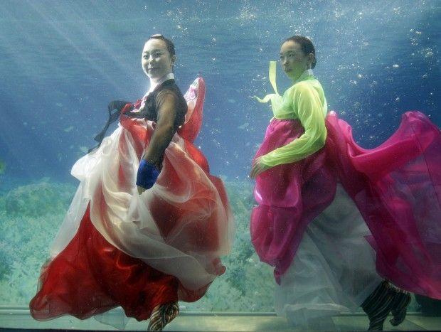 Corea, i costumi tradizionali sfilano sott'acqua