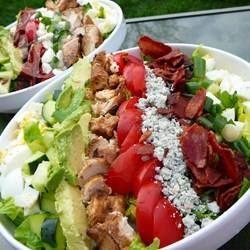 Dit is een Amerikaanse salade, gemaakt met mijn favoriete ingrediënten: kip, eieren, tomaten, blauwe kaas en avocado.