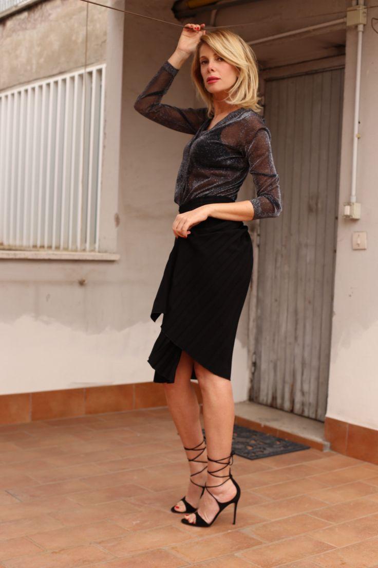 Ecco il mio #Look per una cena romantica con Paolo.. Stasera festeggiamo il suo compleanno Emoticon smile #LaPinella #mood #gonnalunga #sexy #cenaromantica #trasparenze http://www.lapinella.com/2016/04/20/look-giusto-segui-il-tuo-mood/