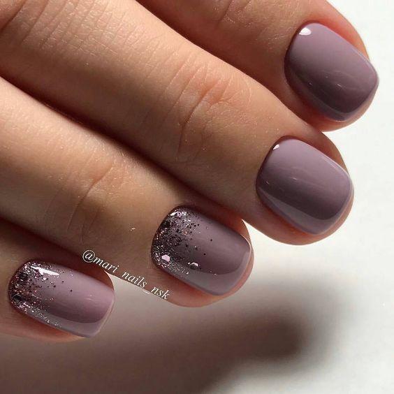 Nail Art ist eine kreative Art, die Nägel zu bemalen, zu dekorieren, zu verbess…