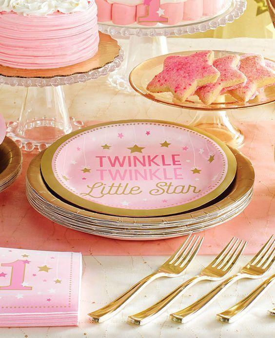 1e Verjaardag Versiering Meisje Twinkle Twinkle Little StarTwinkle Twinkle Little Star 1 jaar roze feestartikelen speciaal voor de 1e verjaardag van je dochter. Met onze vrolijke lijn 1e verjaardag versiering voor een meisje in roze en goud, vier je haar verjaardag als een echte prinses!