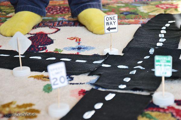 Tre giocattoli fai da te da materiali di recupero per bambini che amano le macchinine! Strade componibili, cartelli stratali mini e un semaforo che cambia colore! | www.cucicucicoo.com