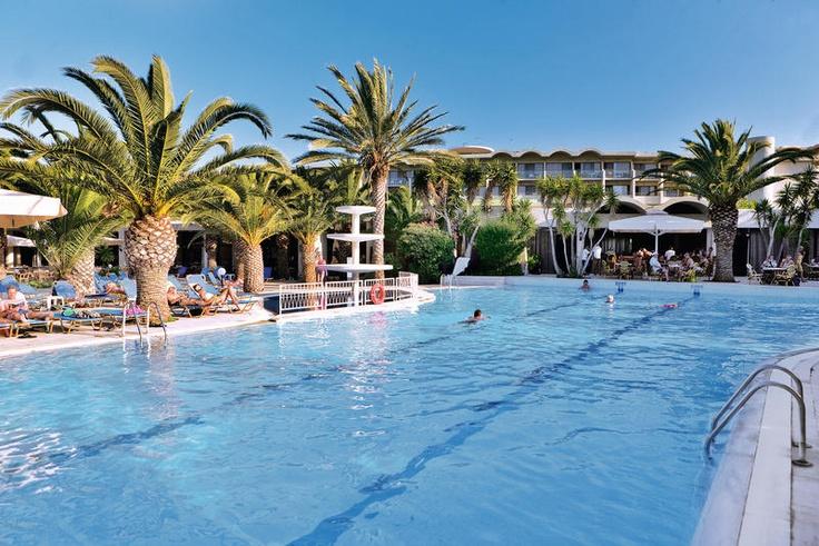 Het 4-sterren hotel Kipriotis Hippocrates heeft onder meer een minimarkt, huurkluisjes, een mooie tuin met zwembad en apart kinderbad en een zonneterras met ligbedden. Er worden regelmatig overdag spelactiviteiten georganiseerd en 's avonds is er een showss of live-muziek, en 1x per week een Griekse avond. U verblijft op basis van all inclusive. Het hotel is gelegen op ca. 250 m van het kiezelstrand. De bushalte naar Kos-stad bevindt zich direct voor het hotel. Officiële categorie A